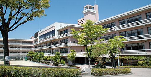 東山七条。通称〝女坂〟を上った先に広がるキャンパス
